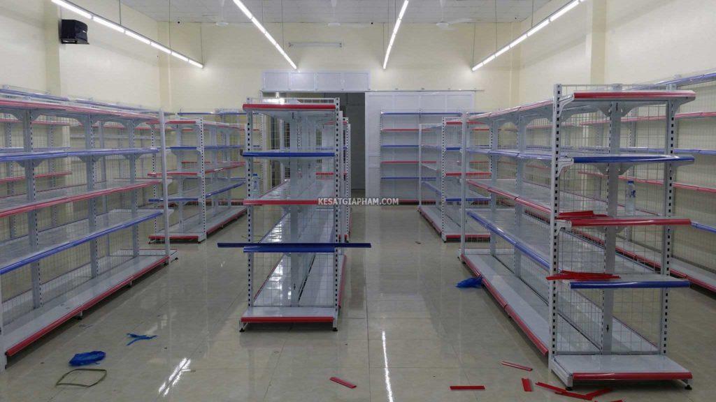 kệ siêu thị giữa nhà