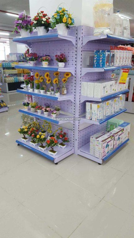 Kệ tạp hóa để hoa